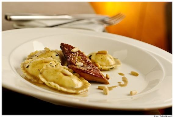 Ravioli recheado com foie gras ao molho poulette trufado. Restaurante Così (SP)