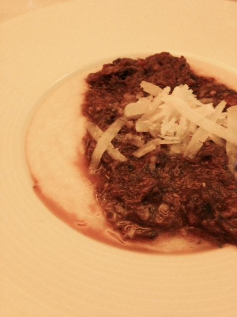 Polenta com ragu de rabada pela Chef Sanny Braga. Foto Senhora Mesa.