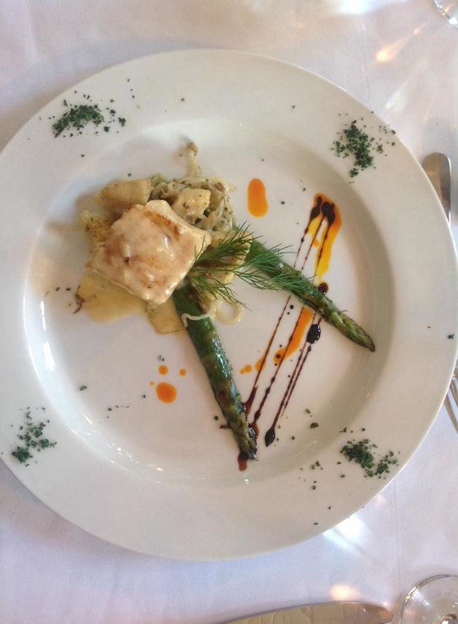 Robalo ao molho de limao siciliano sobre moyashi, alcachofra e aspargos. Fotos Carol Duarte para Senhora Mesa. Todos os direitos reservados.