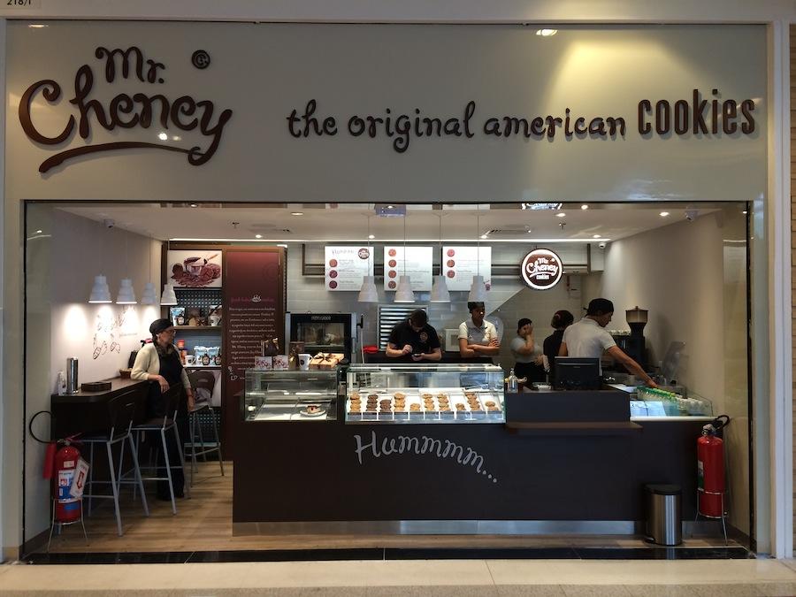 Mr. Cheney inaugura lojas nos principais shoppings e oferece cookies saindo do forno