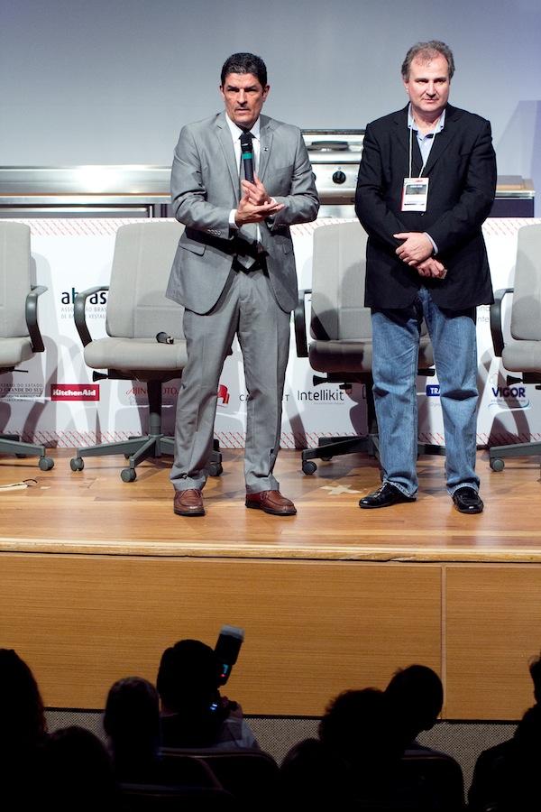 Georges Schnyde, diretor comercial da Revista Prazeres da Mesa apresenta o ministro do Turismo, Vinicius Lage. Foto Guillermo White para Blog Senhora Mesa.