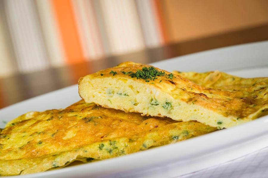 omelete-la-no-escritorio-senhora-mesa