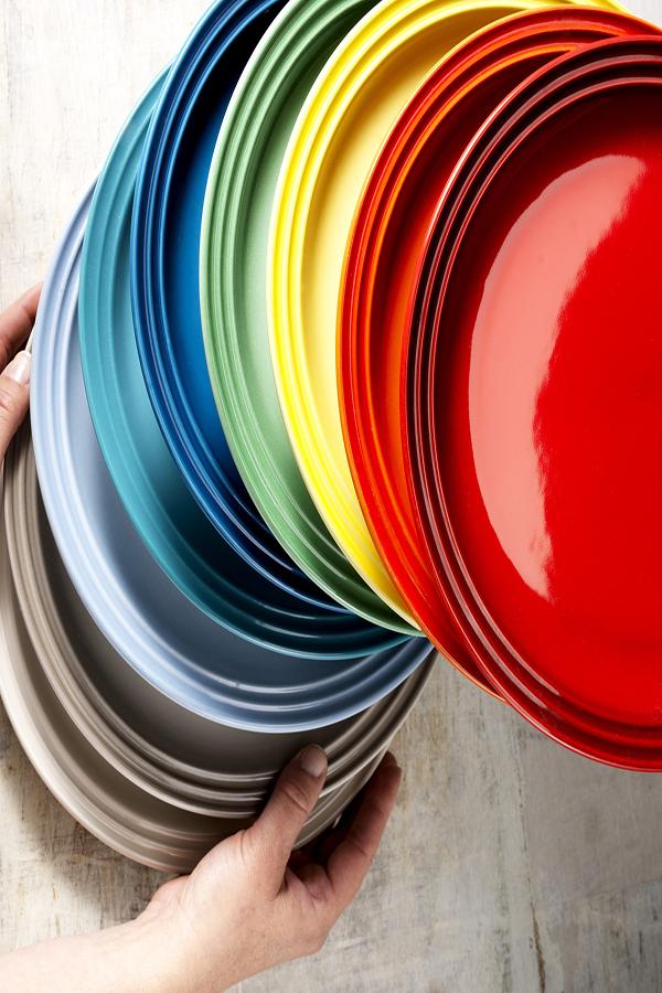 Le Creuset lança pratos coloridos e novas cores para a chaleira tradicional