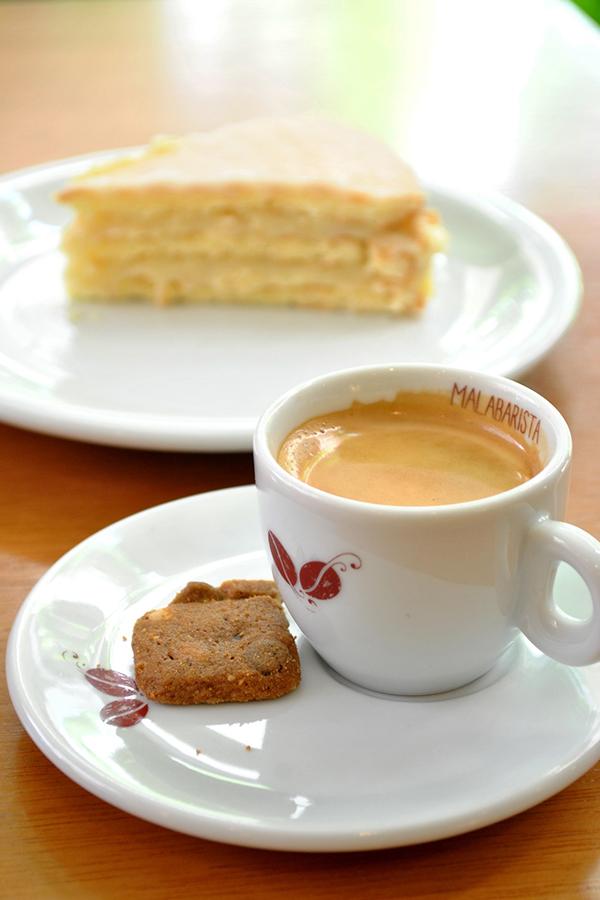 cafe-malabarista-com-bolo-de-bem-casado-senhora-mesa