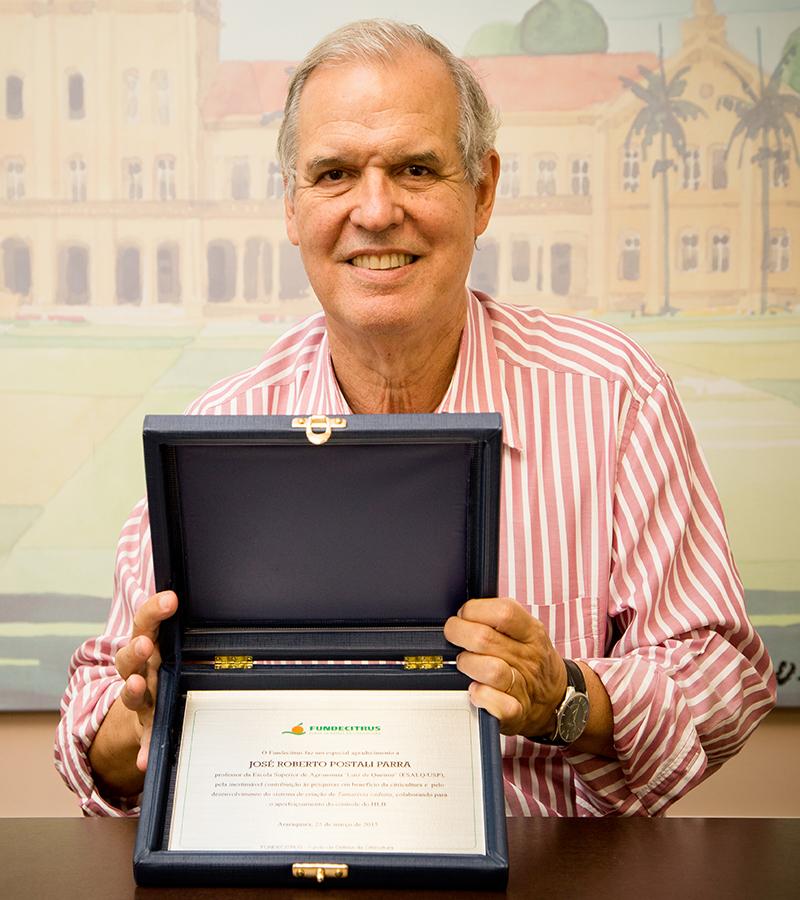 Professor da ESALQ é premiado por contribuição à citricultura