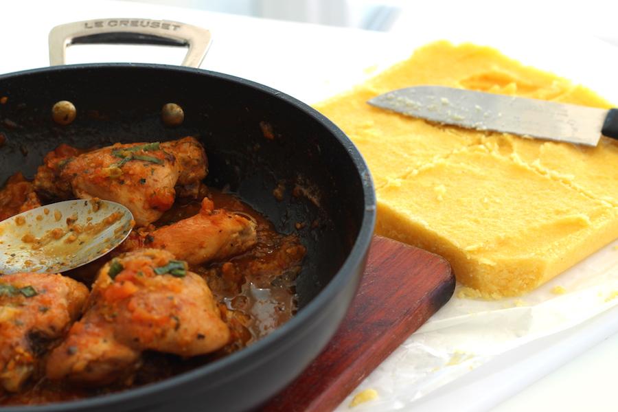 Frango ensopado com polenta. Quentinho ideal para os dias frios. Foto Senhora Mesa. Todos os direitos reservados.