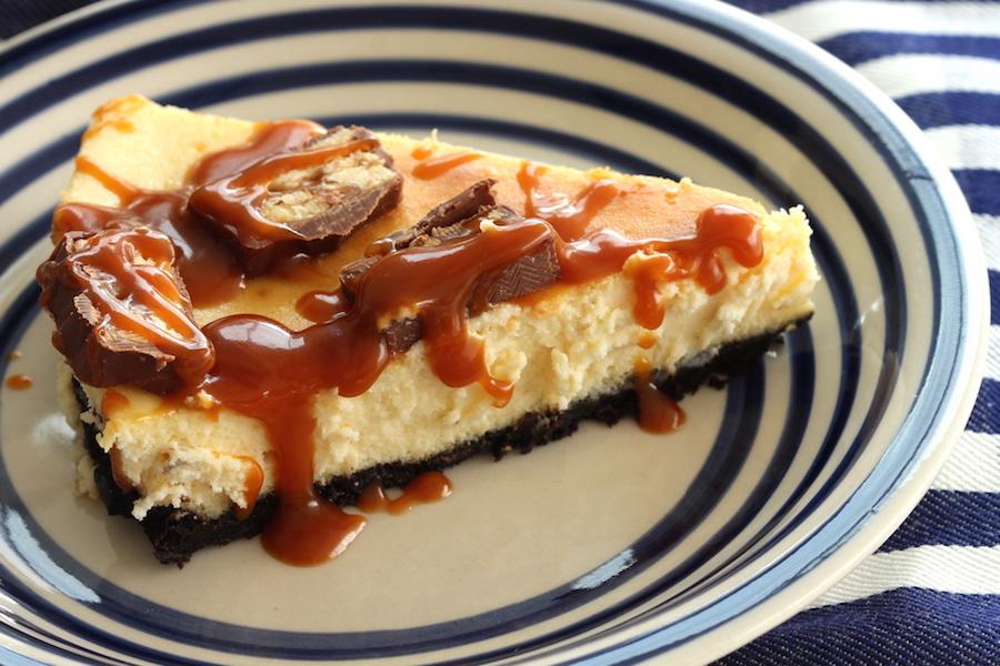 Cheesecake de Oreo com Caramelo e Sniker. Foto Senhora Mesa. Todos os direitos reservados.