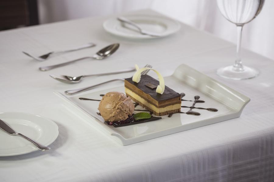 NNovo menu no Valle Nevado Resort - Marquise de chocolate com biscoitos de avelã e sorvete artesanal de manjericão e morango.