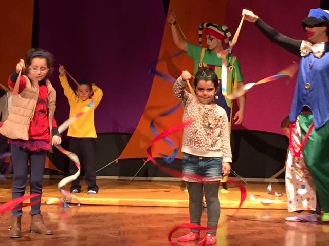 Apresentação de teatro no palco do anfiteatro. Todas as crianças ensaiaram com uma Cia de Circo que preparou um grande show para os pais. Ela amou.