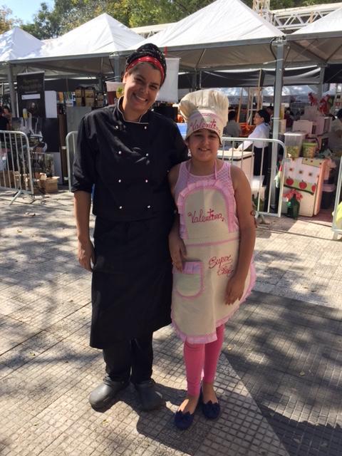 A chef Tati Mortatti que serviu escondidinho de mandioca com ragú de costela e a filha!