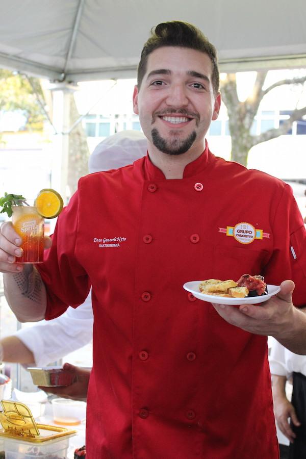 O chef Enzo Neto do Casaretto deixou o evento ainda mais gostoso com Aperol Spritz e a famosa berinjela da família!