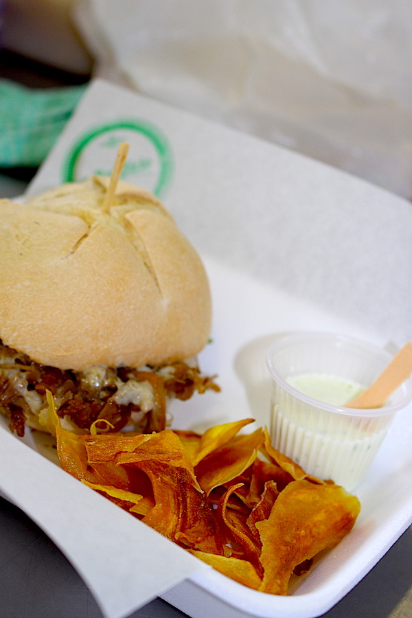 Sanduíche de brisket com chips de batata doce da chef Dimaina do restaurante O Bonifácio.