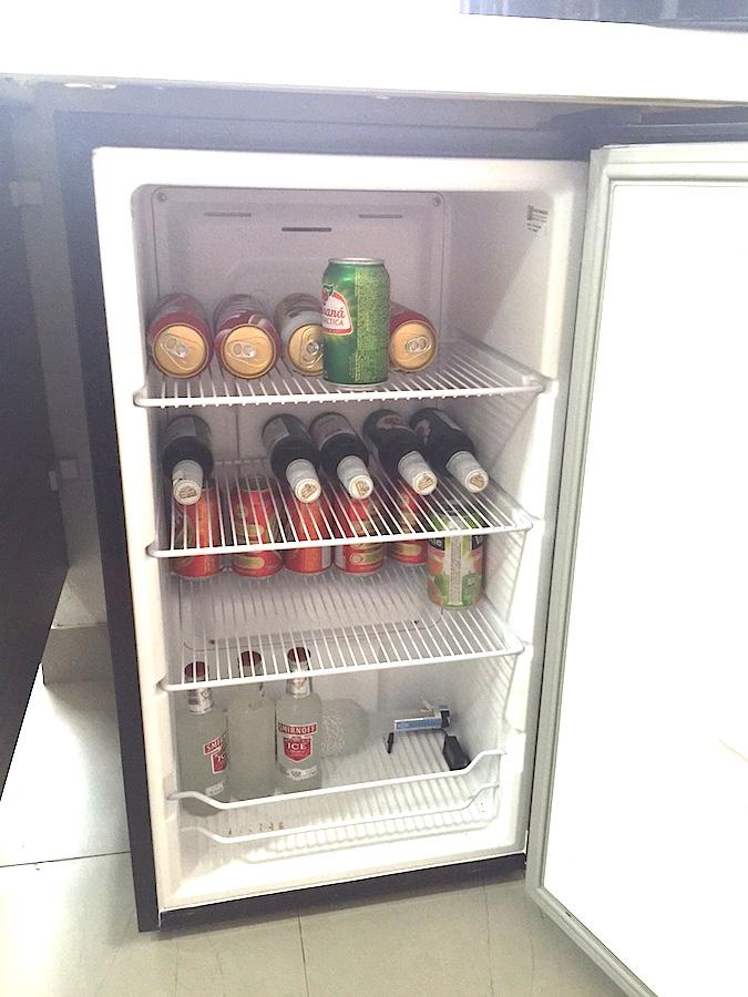 Essa é a minha geladeira. Dá pra ver que tem muito espaço e tudo gela a - 4ºC.