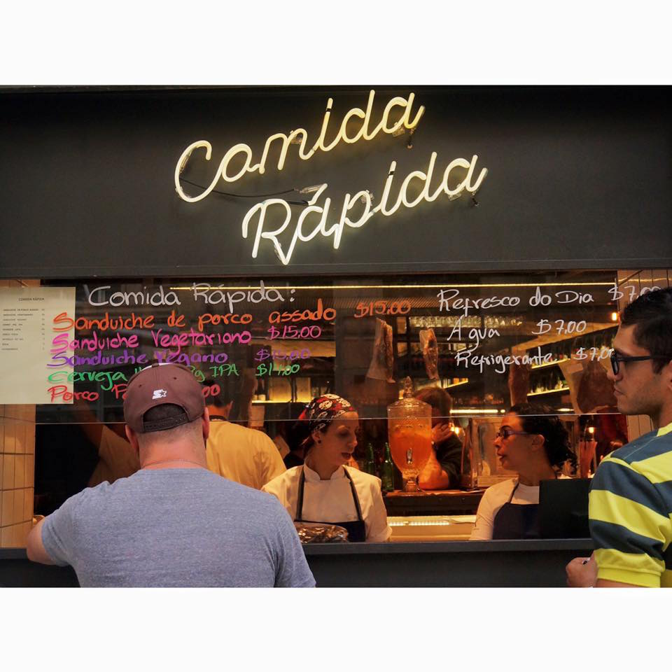 """Na porta o cliente pode pegar comida rápida como lanches. """"Quero atender todo mundo"""", diz o chef Jefferson Rueda. Foto Divulgação."""
