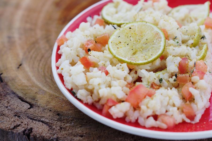 Arroz Integral com Limão Essa receita fica deliciosa, fresca, muito boa mesmo. Fatie 1 limão Tahiti e pique em cubos 1 tomate grande. Em uma frigideira coloque 1 colher de sopa de azeite misturado com 1 colher de chá de açúcar mascavo. Deixe aquecer levemente e coloque as fatias de limão. Acrescente 1 minutos depois o arroz e o tomate. Finalize com lemon-pepper que é uma mistura de limão em pó com pimenta-do-reino e você encontra fácil em empórios e mercadão.