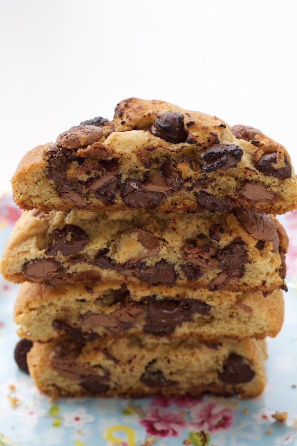 cookie-com-gotas-de-chocolate-senhora-mesa