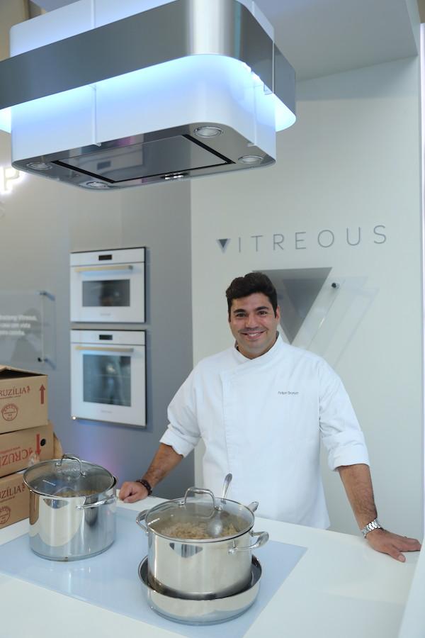 O chef Felipe Bronze comandou o menu na Cozinha Brastemp montada exclusivamente no Dîner en Blanc sp. Foto Lauro Uezono.