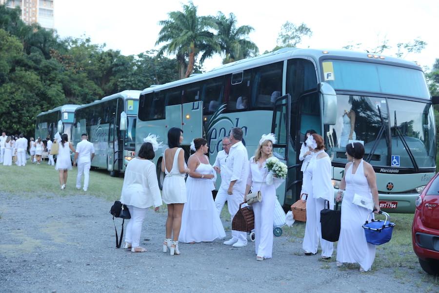 Os convidados se reuniram em sete pontos diferentes da cidade e foram trazidos em ônibus especial do evento para o piquenique secreto e o local só foi divulgado no caminho. Foto Lauro Uezono.