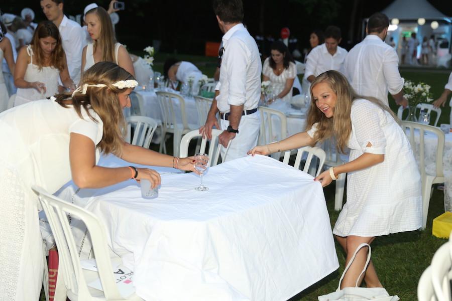 No Dîner en Blanc o convidado monta a própria mesa e sua decoração. Todos são parte de um todo! Mágico. Foto Lauro Uezono.