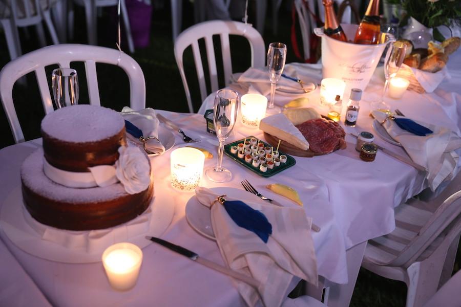 Minha mesa no Dîner en Blanc Sp com destaque para o bolo naked cake de dois andares. Foto Lauro Uezono.