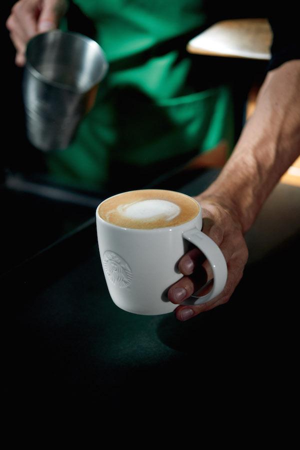 Flat White é a nova bebida do Starbucks. Com shots de café ristretto e leite vaporizado.