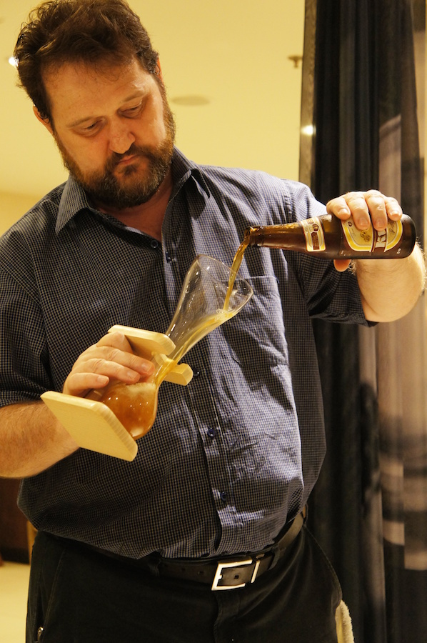 O especialista em cervejas Waldemar Stocco e o famoso copo da Kwak